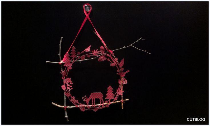 Tenhle návod je velmi rychlý a jednoduchý. Myslím ale, že velmi krásný! Každé Vánoce si vyrobíme Adventní věnec se svíčkami na stůl a pak je třeba nějaká Vánoční dekorace na dveře. A tou je letos tenhle větvičkový věnec 🙂 K výrobě věnce budete potřebovat: řezací plotr tvrdý papír, ideálně i s dekorem větvičky drátek tavnou …