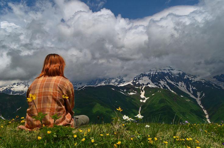 Вот так, в июле, сидеть на изумрудном ковре луговых трав, вдыхать дивный аромат полевых цветов и любоваться снежными вершинами можно в Сванетии. Счастье, наслаждение, радость! И огромный заряд вдохновения. Идёмте с нами, мы покажем где и что)  С уважением к приключениям, команда hikeup.net
