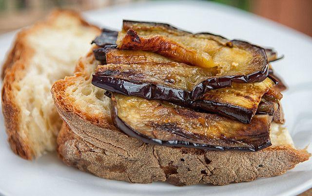 La ricetta delle melanzane alla scapece: un classico della cucina napoletana rivisitato in versione alleggerita, senza frittura.