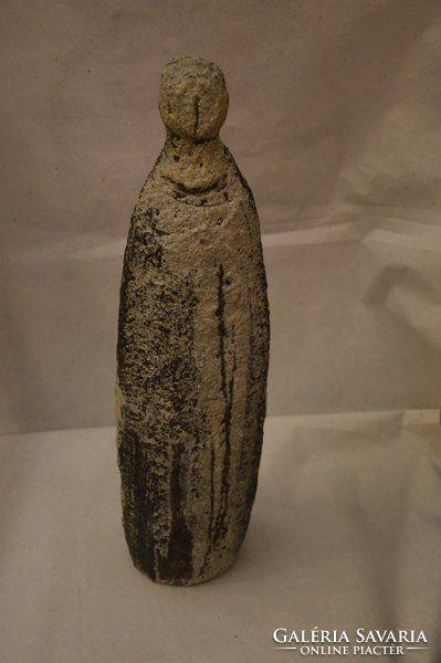 Gorka Lívia samott figura