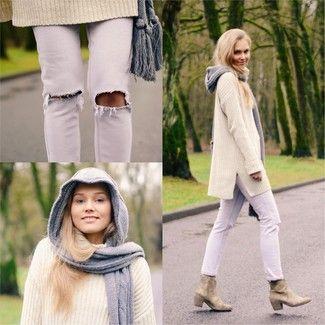 Marie un pull surdimensionné en tricot beige avec un jean déchiré blanc pour un look idéal le week-end. Transforme-toi en bête de mode et fais d'une paire de des bottines en daim beiges ton choix de souliers.