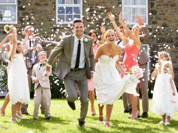 Es geht zum gemütlichen Teil der Feier über - Musik, Tanz und Hochzeitsspiele verleihen der Hochzeitsfeier eine ganz persönliche Note. http://www.fuersie.de/diy/hochzeit/artikel/hochzeitsspiele-tipps-und-anleitungen