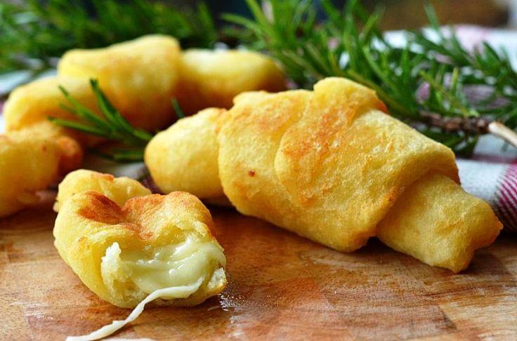 Κρουασάν πατάτας γεμιστά με τυρί!  Συστατικά 200 γραμμάρια πατάτες 100 γραμμάρια αλεύρι 00 Αλάτι 3 κουταλιές της σούπας παρμεζάνα Προβολόνε ή άλλο τυρί της αρεσκείας σας Λάδι για τηγάνισμα Διαδικασία: Βράζετε τις πατάτες και τις αφήνετε να κρυώσουν σε θερμοκρασία δωματίου. Αφού έχουν κρυώσει,