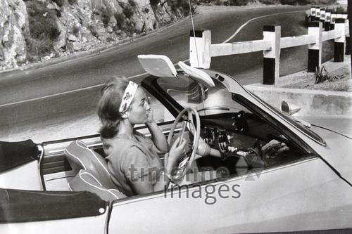 Reise an die Côte d'Azur, 1960 Ilka Franz/Timeline Images #Urlaub #Cabrio #Karmann #Ghia #Retro #Fashion #Riviera #Frankreich