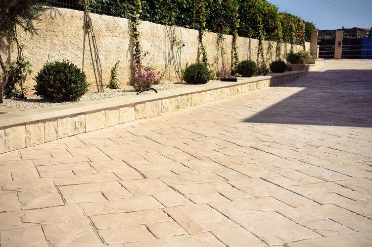 1  Viale con muro a secco trattato / Stampo Ardesia bugnata - Colore pietra modicana