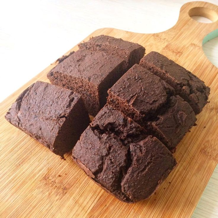 Deze brownie van zwarte bonen is om je vingers bij af te likken! Gastblogger Anne maakte gister dit recept enze bevatten maar 111 calorieën per stuk.Je zult wel denken, zwarte bonen? Ja echt! En nee je proeft dit niet, proberen dus! Want wat is er lekkerder dan een super gezonde brownie?! Tevens is deze brownie van zwarte bonen lowcarb, gluten, lactose en vrij van geraffineerde suikers. Brownie van zwarte bonen (6 stukjes) Wat heb je nodig: – brownievorm of vierkante ovenschaal van…