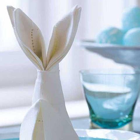 Servietten falten: Anleitung für einen süßen Osterhasen