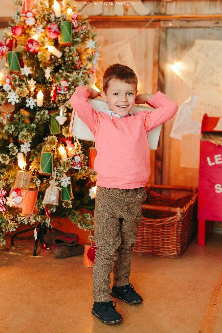 kid, child, newyear, christmas, gift, smile, boy, christmas tree, мальчик, ребенок, новый год, подарок, рождество, фотосессия в студии, новогодняя фотосессия, фотограф семейный москва