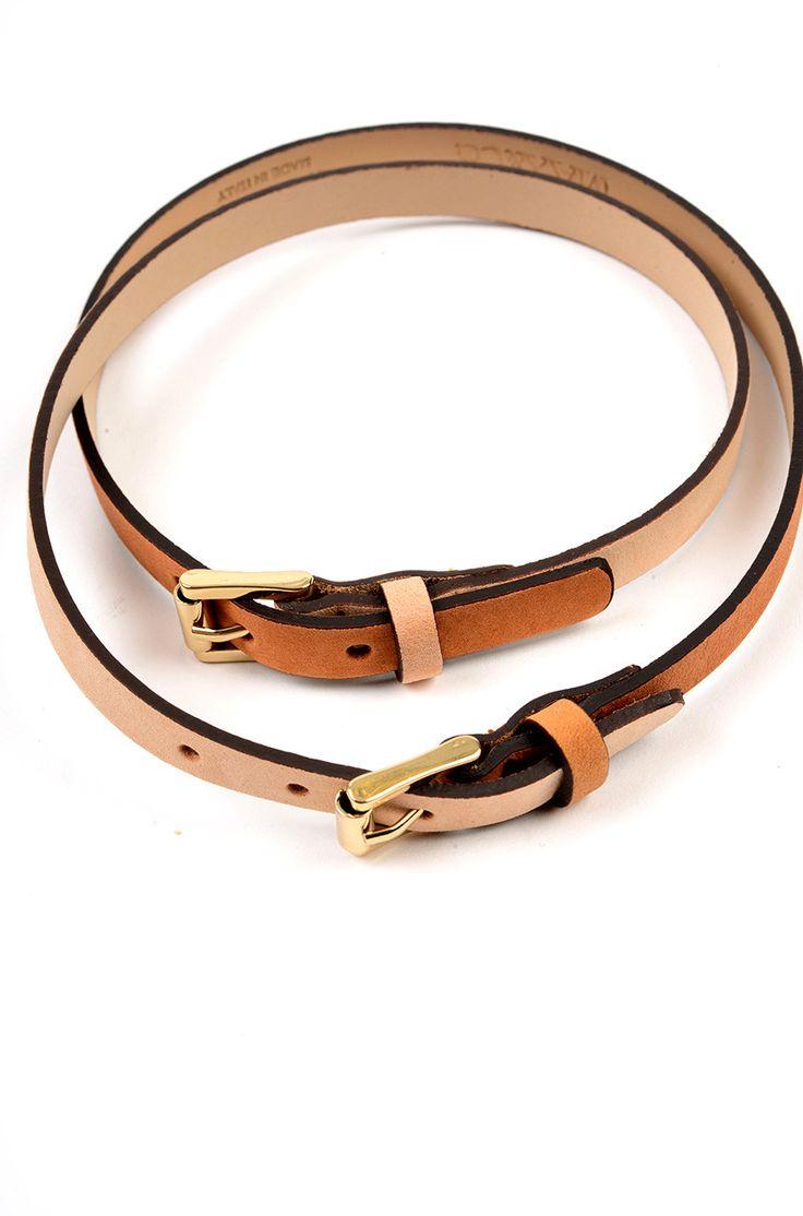 Bracciale doppio cinturino in pelle a contrasto, fibbie in metallo a decoro, chiusura regolabile con fibbia Euro 25