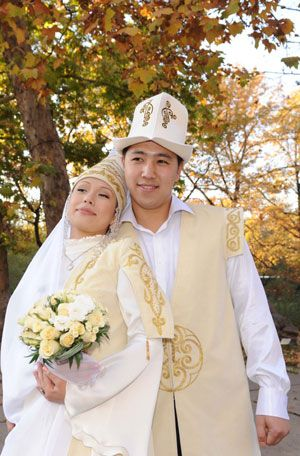 world traditional marriage couples | couple wearing traditional wedding dress pose for wedding photos in ...