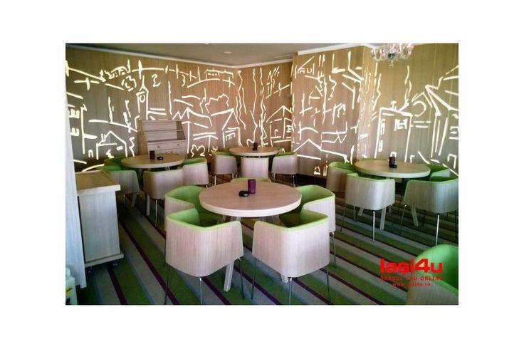Decorul interiorului sta sub semnatura arh. Marius Turcu, care a optat pentru o paleta de culori tonice, imbinate cu elemente alb-negru, intr-un joc de forme extrem de dinamic. Ambianta luminoasa trebuia desigur sa puna in valoare acest melanj jovial. Arh. Marius Turcu a ales Atas Lighting pentru a crea o serie de corpuri de iluminat care sa se plieze perfect pe conceptul restaurantului.