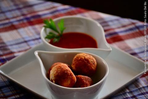 La Pasta Galleria (almoço)    Crocchette di tacchino.  Croquetes de peru servidos com molho de tomate levemente apimentado