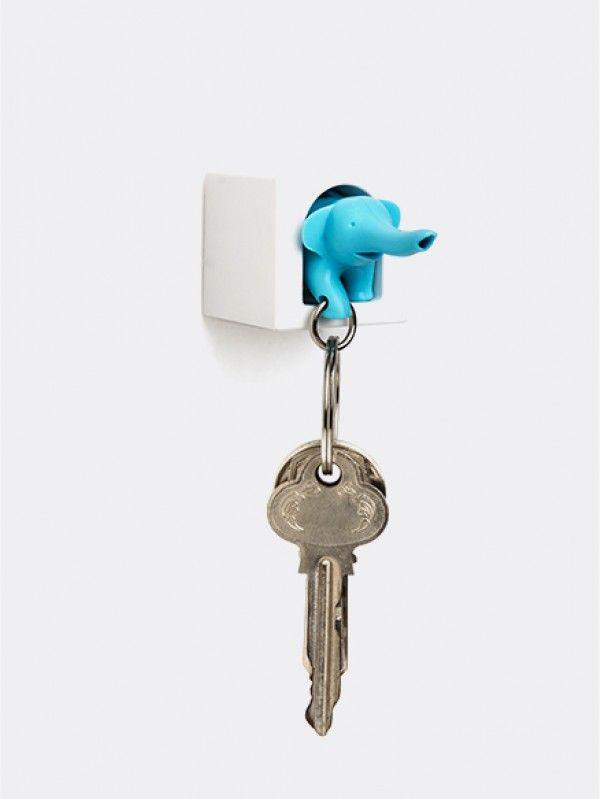 Eenmannenkado.nl Sleutelhouder Elephant Mini Blauw Qualy. Een leuke olifant sleutelhouder in een eigen huisje. Olifanten zijn erg sociaal en hebben een goed geheugen. Dus laat jij jouw sleutel bewaren door dit olifantje ? Het huisje is gemakkelijk te bevestigen met de bijgeleverde 3M tape of in de wand te schroeven.