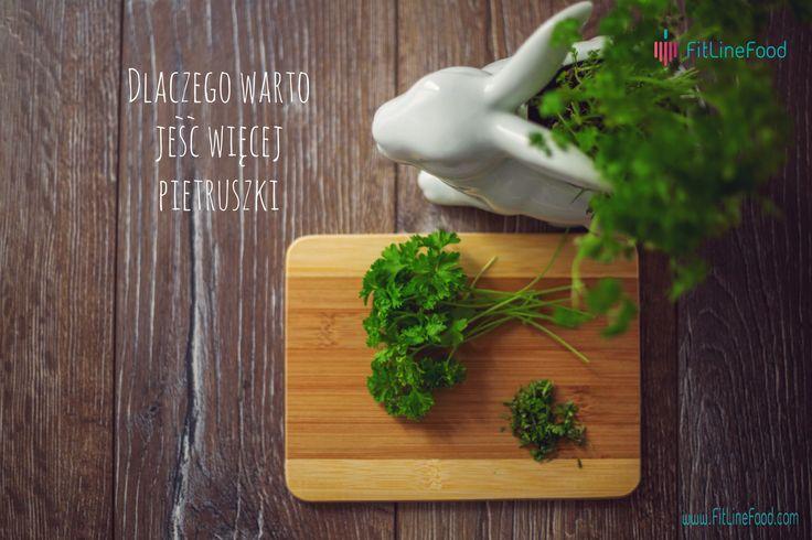 Dlaczego watro jeść więcej pietruszki http://www.fitlinefood.com/blog-1/dlaczego-warto-jesc-wiecej-pietruszki/ pietruszka, natka pietruszki, przyprawy, warzywa, zioła, zielone