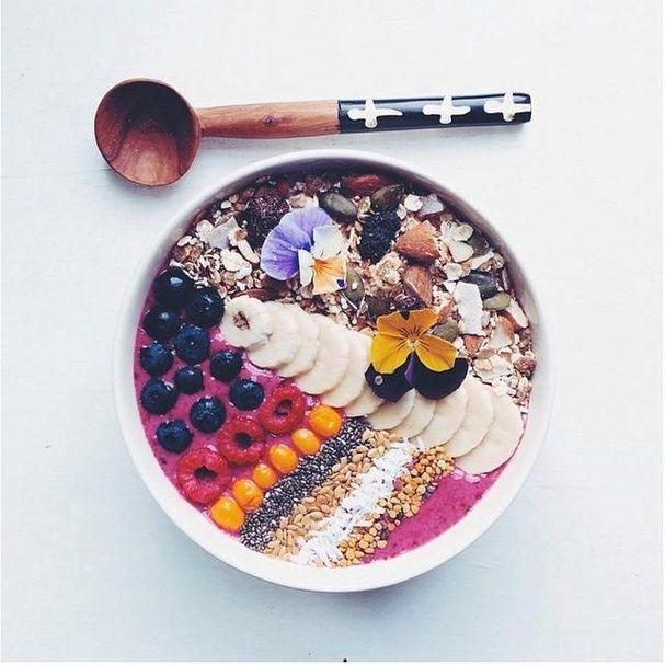 """Un """"Acai Bowl"""" à la banane, framboise et myrtille pinterest petit dejeuner été"""