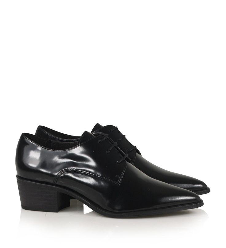 Sort herreinspireret sko i patenteret læder med spids snude, mellemhøj hæl og fine, sorte snører.