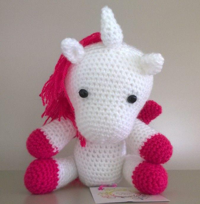 Precioso unicornio amigurumi, hecho en lana con relleno de vellón. 100% artesanal. Se realizan por encargo, consultar por tiempo de confección. Pueden elegir, color y combinación de colores.  Preciosos para regalar, únicos!  También se pueden hacer más pequeños para souvenirs.  Tu consulta es bien recibida!! no dudes en escribirnos.