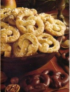Christmas is getting closer and closer and you need some good German Christmas Cookies for your family. Make the vanilla or chocolate pretzel.