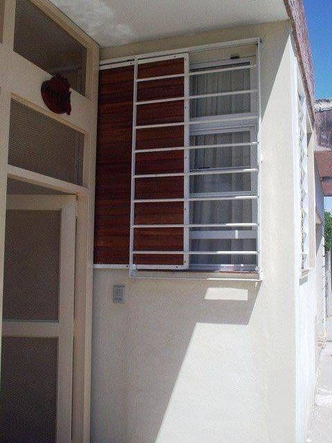Mirá imágenes de diseños de Casas estilo moderno}: Casa en Berazategui. Encontrá las mejores fotos para inspirarte y creá tu hogar perfecto.