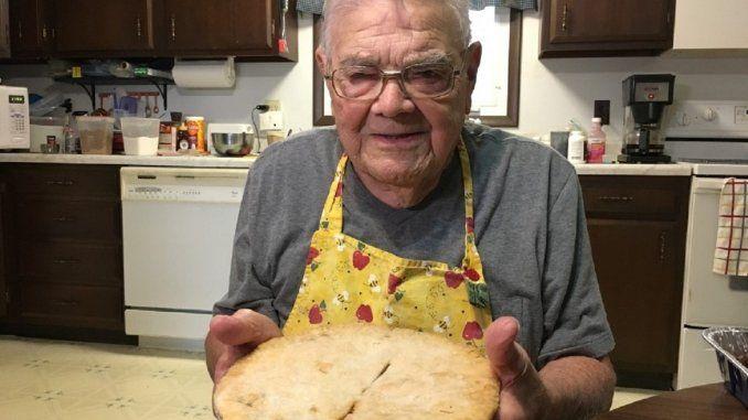 Se trata del estadounidense Leo Kellner, quien le gusta ayudar a la gente de la manera más dulce posible, hornea pasteles y tartas para los más necesitados. Leo Keller tiene 98 años y perdió a su esposa en 2012 a causa de complicaciones de la demencia que sufría. Luego de su muerte, transformó el dolor …
