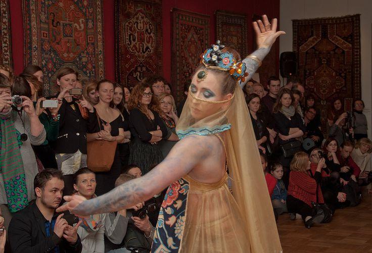 Żywe kabiorce w Pałacu Pod Blachą (Zamek Królewski w Warszawie) zachwyciły tłumy przybyłe na wernisaż. Wystawę można zwiedzać do 4 maja - gorąco polecamy! Fot.: Malwina de Brade http://artimperium.pl/wiadomosci/pokaz/223,zywe-kobierce-sukces-wystawy-studentow-wsa#.Uzs62Pl_uSo