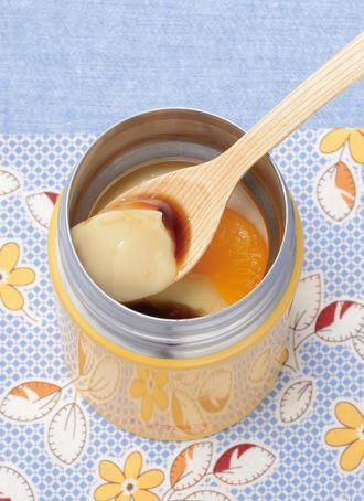 豆乳黒みつプリン    みかんの缶詰が入った豆乳と黒蜜のヘルシープリンです。スープジャーの保冷効果で3時間ほどで固まります。 (0.25Lサイズ使用) 材料(1人分)  粉ゼラチン 2g 熱湯 大さじ1 豆乳 100ml 黒みつ 大さじ1 缶づめのみかん 50g  作り方  1 スープジャーに氷水(分量外)を入れ、フタをして3分ほど予冷する。 2 小さな器に熱湯を入れ、ゼラチンをふり入れてよく混ぜる。 3 別の容器(ボウルかコップなど)に豆乳を入れ、2を入れて混ぜる。 4 1の氷水を捨て、スープジャーに黒みつを入れ、3を静かに注ぐ。 5 みかんを入れ、フタをして固まるまで3時間以上保冷する。 ONE POINT ※豆乳と缶詰のみかんは予め冷蔵庫で冷やしてください。 ※ゼラチンを溶かす熱湯は、必ず沸とうしたものを使い、完全に溶かしてから豆乳に加えてください。