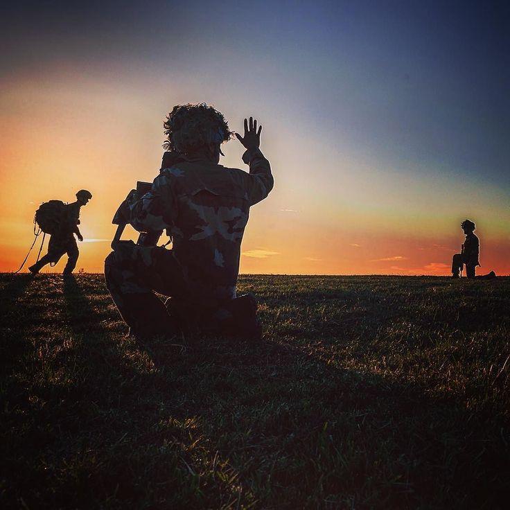 Exercice Pégase en terrain libre dans la région des volcans d'#Auvergne. Suite à un largage de #parachutistes à la tombée du jour un soldat du 8e régiment parachutiste d'infanterie de marine #8RPIMa indique le point de regroupement  BCH Jérémy T/armée de Terre  #armeedeterre #defense #defence #armée #armee #soldat #soldier #frencharmy #militaire #military #parachutiste #paratrooper #tdm #sunset #sundown #ciel #sky #rainbow #arcenciel #ombre #shadow #shadowpuppets