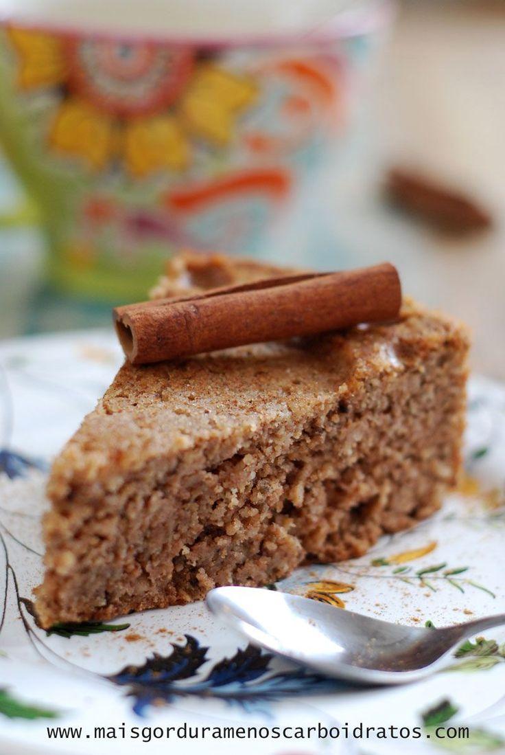 Isso é um dos melhores bolos que eu fiz últimamente! Humido e firme no mesmo tempo. Cheio de sabor! E com poucos carboidratos... Eu quis tentar fazer um bolo não só sem glutene açucar, mas também ...