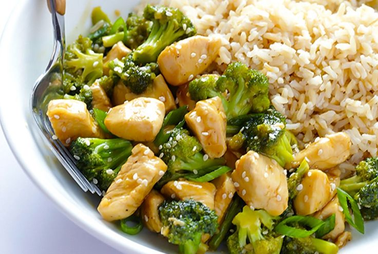 Κοτόπουλο με μπρόκολο και ρύζι Για ένα υγιεινό και ελαφρύ γεύμα.