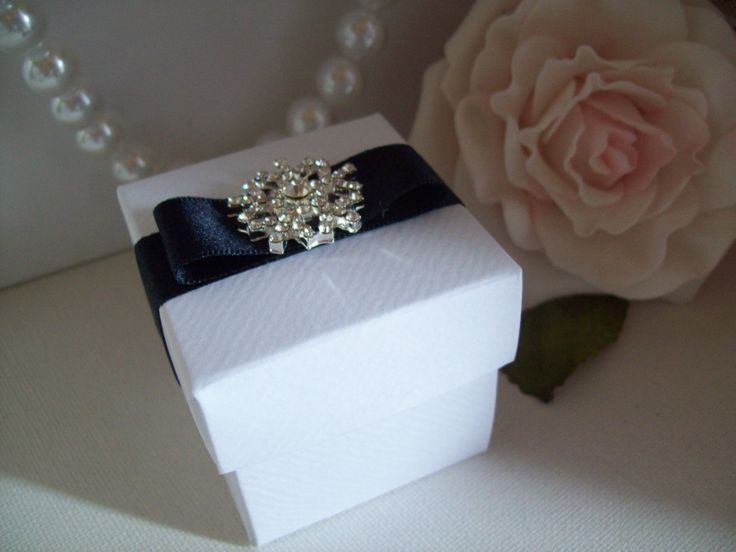 Diamante snowflake favour boxes in white or ivory with ribbon in any colour of your choice. Perfect for a winter wedding, christmas wedding or christmas dinner.