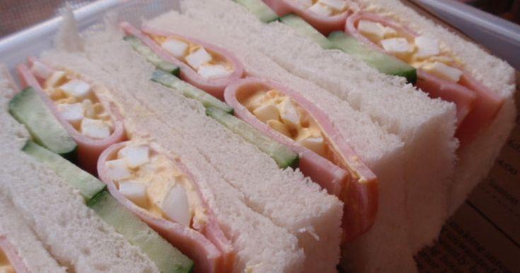 ピクニックに運動会!見た目も豪華なハム卵サンドをどうぞ。ちょっとした工夫でいつものサンドイッチが変ります。美味しいです。