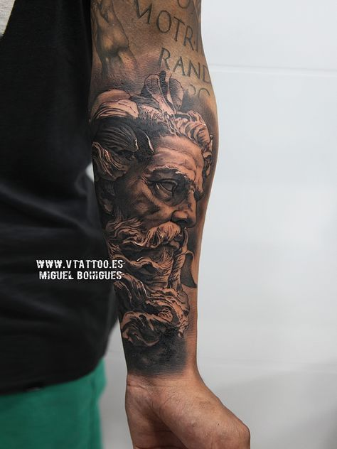 Poseidón, el gran dios del mar, es el dios de las aguas en la mitología griega.Poseidón, sobre todo, bajo su nombre romano de Neptuno, ha permanecido como uno de los dioses griegos más conocidos.Era hijo de Cronos y de Rea, y hermano mayor de Zeus y fue uno de los 12 dioses mayores que habitaban en el Olimpo, aunque siempre estaba en su palacio bajo las aguas.Hoy os mostramos el tatuaje realizado por Miguel a Christian de este dios griego.Esperemos que os guste.
