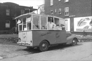 Voiture à frites coin Ontario et Darling (1947).