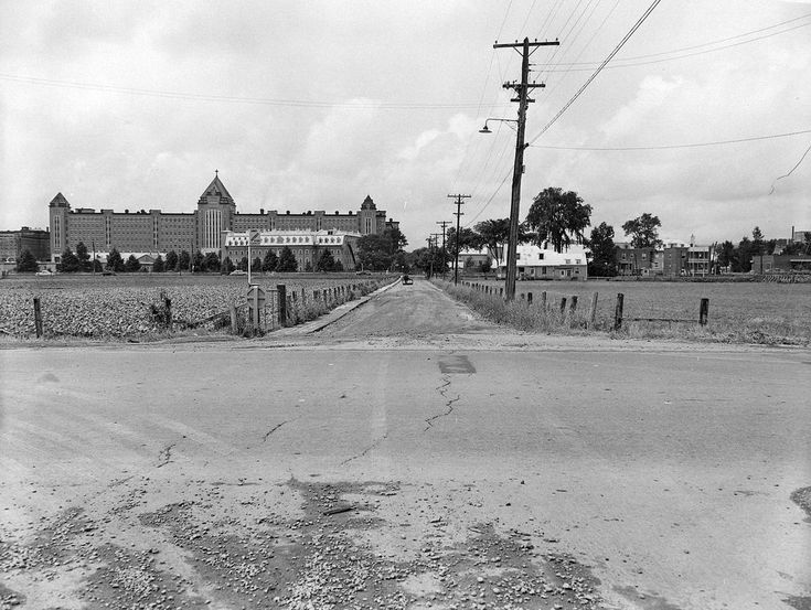 L'hôpital Saint-Michel-Archange, vu de l'intersection de l'avenue d'Estimauville et du boulevard Sainte-Anne, en 1952.