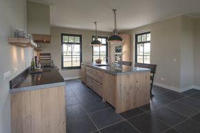 Houten keuken en interieur in stijl