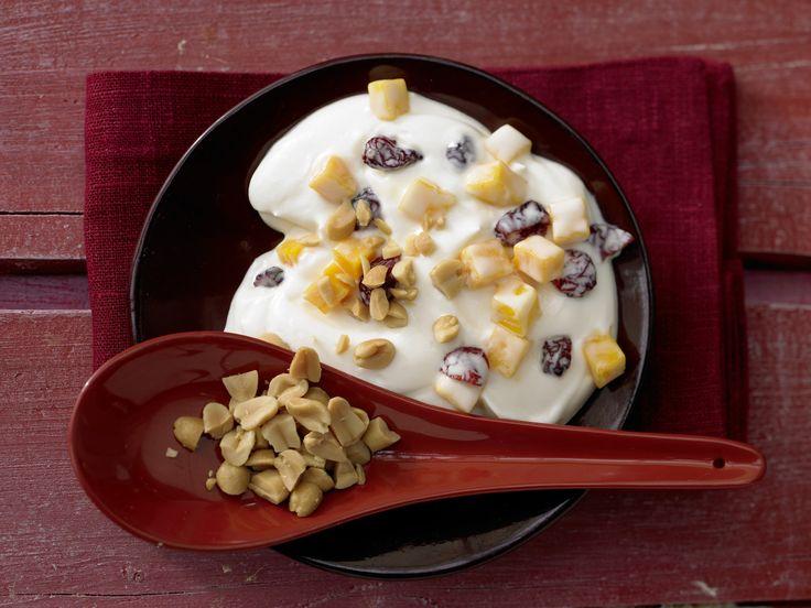 Cremig und voller Vitamine: Kokos-Mango-Quark - mit Cranberrys   Kalorien: 308 Kcal - Zeit: 15 Min.   eatsmarter.de