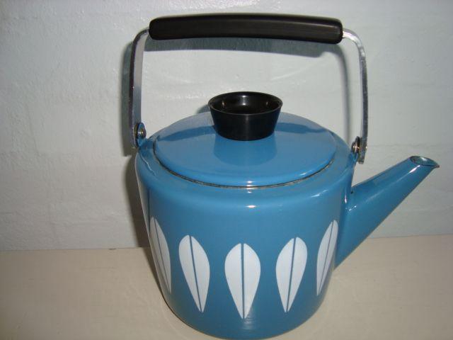 Cathrineholm Lotus retro enamel kettle. #Cathrineholm #Lotus #Prytz #Kittelsen #kitchenware #kettle #enamel #retro #emalje #kedel. From www.TRENDYenser.com. SOLGT/SOLD.