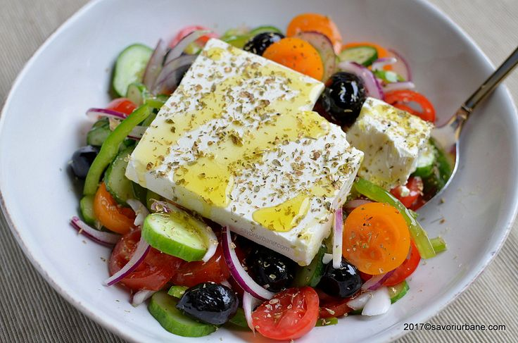 Salata greceasca reteta traditionala. O salata de vara compusa din rosii, branza feta, castraveti, ceapa, ardei si masline. Este numita si salata horiatiki