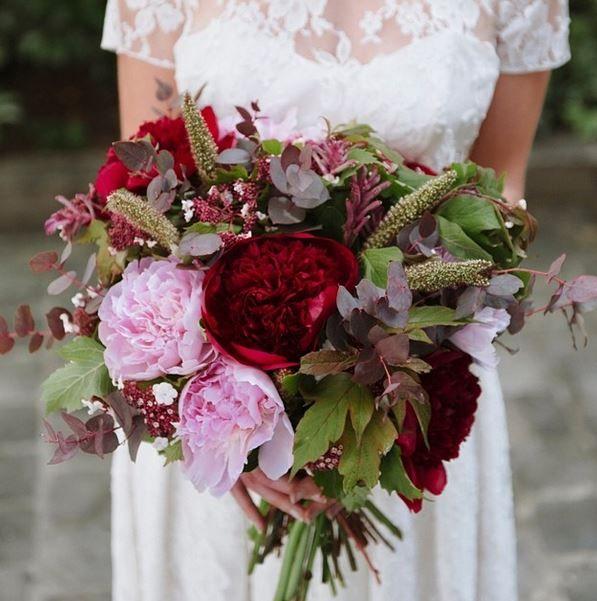 Focus sur ce bouquet aux tons pourpres... #lmapn #fleurs #bouquet #mariage #mariee #bouquetdemariee #pivoine