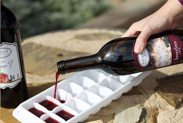 Si te sobra vino, puedes crear cubos de vino helado,