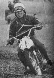 1963年第8・9回全日本モトクロス写真集 オープンクラス優勝の荒井市次(大阪レーシング トーハツ)。 久保和夫は2位。