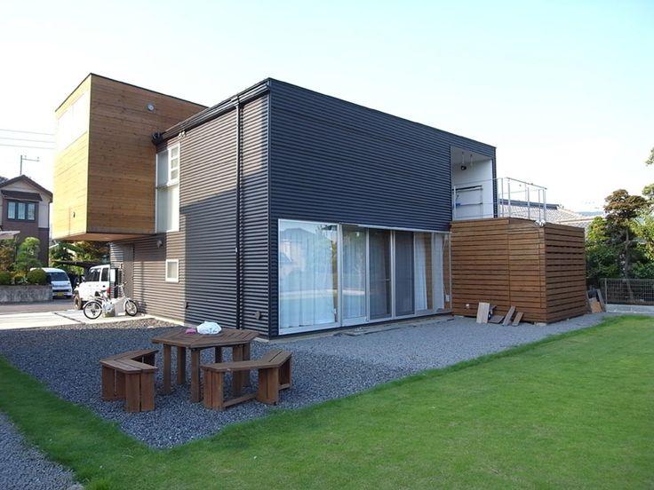芝生のドックランと外壁のコントラストが映える庭
