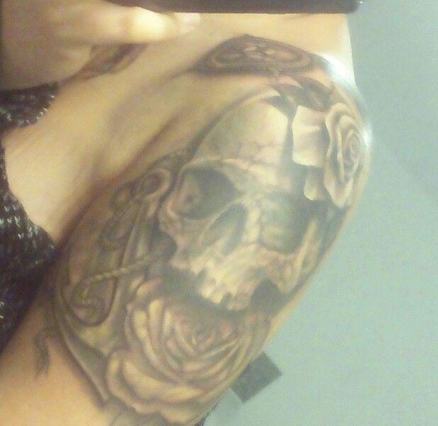 Tattoo Rosen Totenkopf Anker Frau Oberarm ♥
