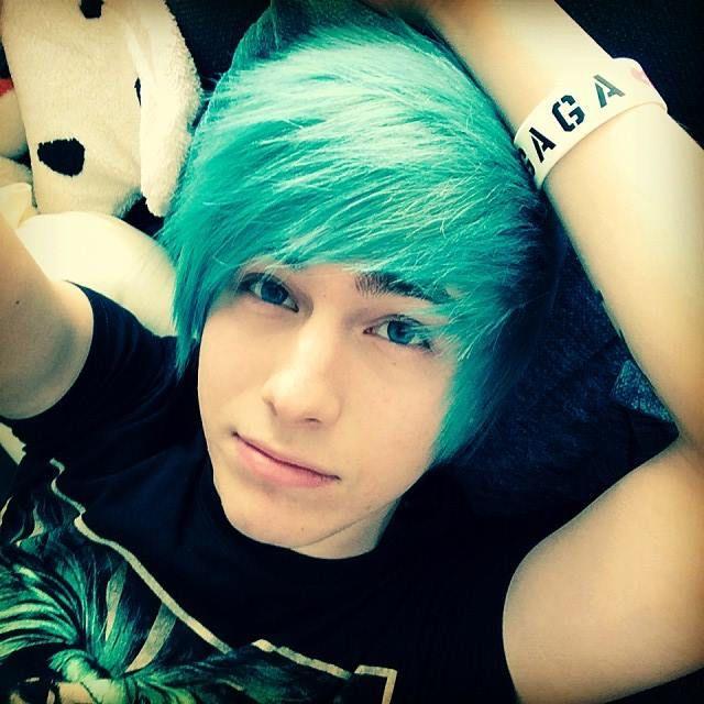 Пацан с синими волосами фото