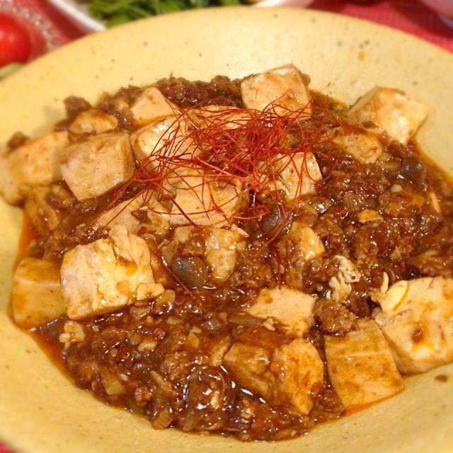 """dancyuの日本一のレシピより。  麻婆豆腐って煮込むんじゃなくて本当は""""焼く""""料理なんだって。 と、いたく感激していた友達に教えてもらったレシピ。  レシピにある郫県(ピーシェン)豆板醤は普通の豆板醤よりはるかに美味しいからって、その友達に譲ってもらったので、早速作ってみました。オプションでシメジもたんまり入れました( ›◡ु‹ ) そんじょそこらの中華料理屋さんより遥かに美味しかった〜(๑´ڡ`๑)  郫県(ピーシェン)豆板醤を買って来てくれたお友達に感謝です♡ - 208件のもぐもぐ - 陳麻婆豆腐♡ by May"""