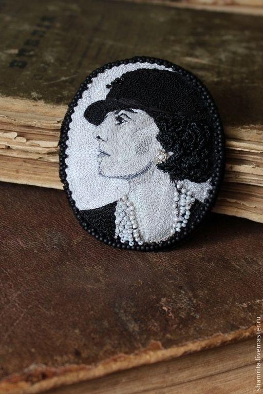Купить Брошь Gabrielle Chanel - чёрно-белый, брошь, шелк, жемчуг, бисер, вышивка
