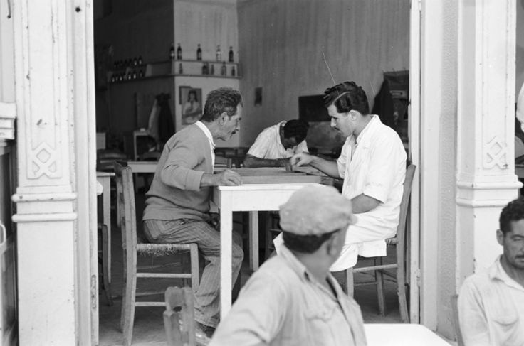 HARRY WEBER ΚΡΗΤΗ -1960 -ΠΑΙΖΟΝΤΑΣ ΤΑΒΛΙ ΣΤΟ ΚΑΦΕΝΕΙΟ