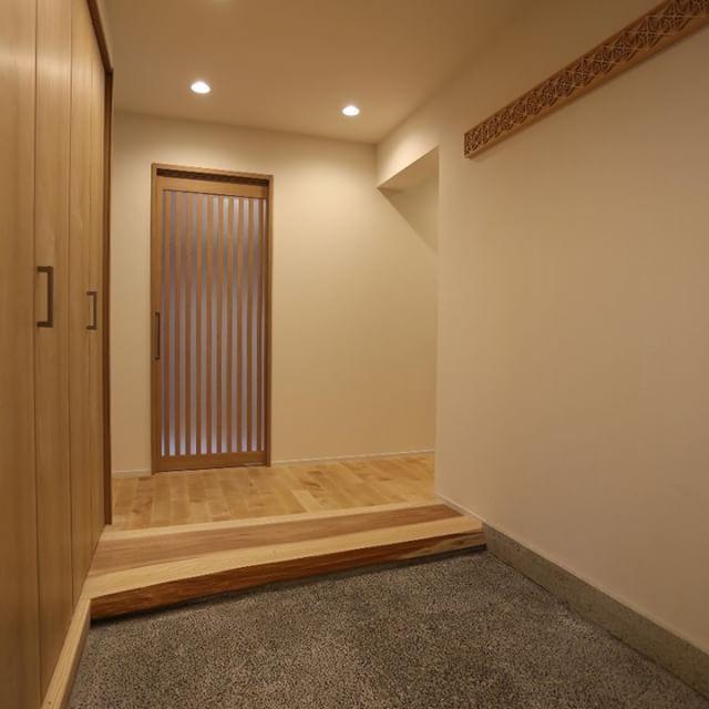 """お施主様の渾身の作、洗い出しの玄関土間。  マンションでも、ここまで「和」を追求できる。  The client joined us to create the earth floor entrance.  You can pursue the """"wa (Japanese)"""" atmosphere even at an apartment room.  #マンションリノベーション #設計事務所 #玄関土間 #洗い出し #杉板無垢框 #組子 #和の雰囲気 #こだわりの家 #マンションライフ  #msdesign #architects #renovation #remodel #entrance #earthfloor #japanesstyle #apartmentlife"""