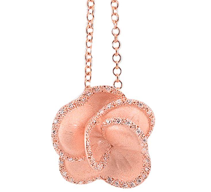 Золотая подвеска в виде распускающегося цветочного бутона. Это прекрасный символ большой и чистой любви. Кулон может стать шикарным подарком, который расскажет о ваших чувствах.