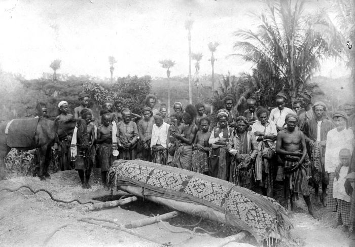 COLLECTIE TROPENMUSEUM Begrafenis van de vorst van Amanatoeng te Fatu Kopa (ten zuidoosten van Nikiniki) op Timor het lichaam was in een doek gewikkeld en de deksel van de kist bedekt met andere weefsels.